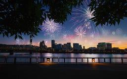 Orizzonte della città di Portland, Oregon durante la vigilia dei nuovi anni con i fuochi d'artificio d'esplosione Fotografie Stock Libere da Diritti