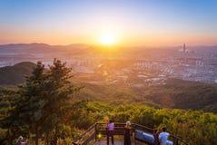 Orizzonte della città di Seoul nel tramonto la migliore vista alla fortezza di Namhansanseong immagini stock libere da diritti