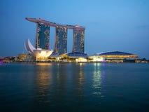 Orizzonte della città di Singapore alla notte Fotografie Stock