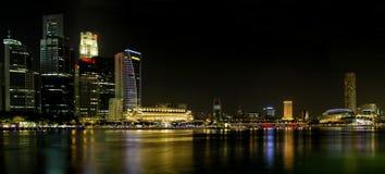 Orizzonte della città di Singapore a panorama di notte Immagini Stock Libere da Diritti