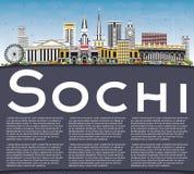Orizzonte della città di Soci Russia con le costruzioni, il cielo blu ed il poliziotto di colore Fotografie Stock Libere da Diritti