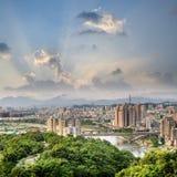 Orizzonte della città di Taipei fotografia stock