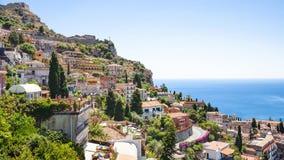 Orizzonte della città di Taormina dal villaggio di Castelmola fotografia stock libera da diritti
