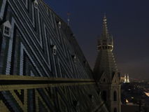 Orizzonte della città di Vienna alla notte fotografia stock