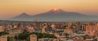 Orizzonte della città di Yerevan ad alba, con il Mt l'Ararat nel fondo fotografie stock libere da diritti