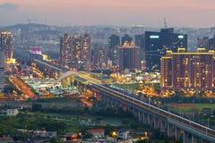 Orizzonte della città di zhubei alla notte fotografia stock libera da diritti