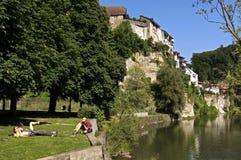 Orizzonte della città svizzera Friburgo e dei sunbathers Fotografia Stock Libera da Diritti