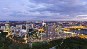 Orizzonte della città Vienna di Donau al crepuscolo immagini stock
