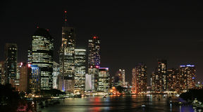 Orizzonte della città di Brisbane alla notte Fotografie Stock Libere da Diritti