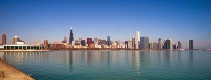 Orizzonte della città di Chicago Illinois di lago Michigan del cielo di colore di alba Fotografia Stock Libera da Diritti