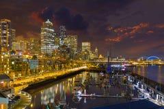 Orizzonte della città di Seattle alla notte Fotografie Stock