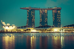 Orizzonte della città di Singapore alla notte Fotografia Stock