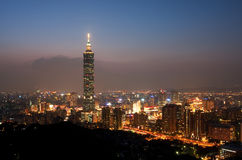 Orizzonte della città di Taipeh entro Night Fotografia Stock