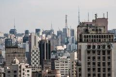 Orizzonte della megalopoli dalla cima di una costruzione di affari Fotografia Stock