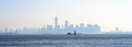 Orizzonte della nebbia di New York di mattina immagine stock