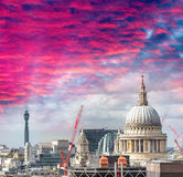 Orizzonte della st Paul Cathedral e di Londra al tramonto Immagini Stock Libere da Diritti