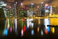Orizzonte delle costruzioni nel distretto aziendale Marina Bay alla notte Singapore è considerata un hub finanziario globale Fotografia Stock Libera da Diritti