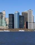 Orizzonte delle costruzioni a New York contro cielo blu. Fotografia Stock