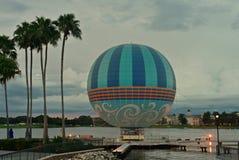 Orizzonte delle palme, della mongolfiera e di tramonto, in primavera di Disney, lago Buena Vista fotografia stock libera da diritti