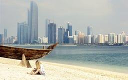 Orizzonte di Abu Dhabi dalla spiaggia Immagini Stock Libere da Diritti