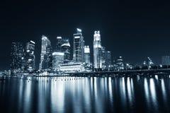 Orizzonte di affari di Singapore nella tinta blu Immagini Stock Libere da Diritti
