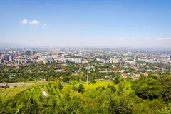 Orizzonte di Almaty con la cabina di funivia Fotografia Stock Libera da Diritti