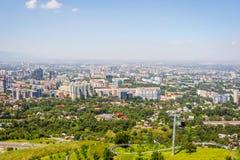 Orizzonte di Almaty con la cabina di funivia Immagine Stock Libera da Diritti