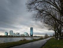 Orizzonte di alte costruzioni vicino al Danubio a Vienna, Austria Fotografie Stock