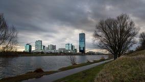 Orizzonte di alte costruzioni vicino al Danubio a Vienna, Austria Immagini Stock Libere da Diritti