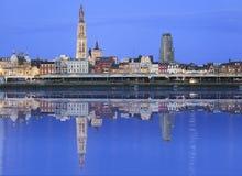 Orizzonte di Antwerpen che riflette nel fiume immagini stock libere da diritti