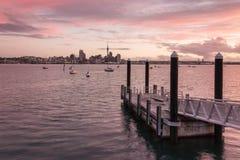 Orizzonte di Auckland al tramonto Immagini Stock Libere da Diritti