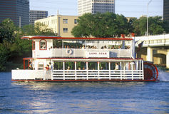 Orizzonte di Austin, di TX, del capitol dello stato con il fiume Colorado e del riverboat in priorità alta Fotografie Stock