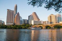 Orizzonte di Austin sopra il fiume Colorado fotografia stock