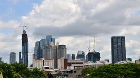 Orizzonte di Bangkok con la costruzione in costruzione video d archivio