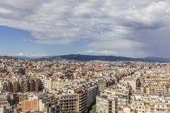 Orizzonte di Barcellona con la venuta scura delle nuvole Fotografie Stock Libere da Diritti