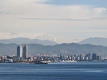 Orizzonte di Barcellona dal mare fotografia stock libera da diritti