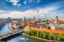 Orizzonte di Berlino con il fiume al tramonto, Germania della baldoria Fotografia Stock Libera da Diritti