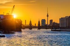 Orizzonte di Berlino con il fiume al tramonto, Germania della baldoria Fotografie Stock Libere da Diritti