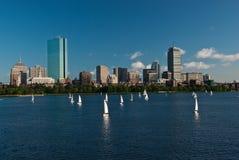 Orizzonte di Boston attraverso il fiume di Charles Fotografia Stock