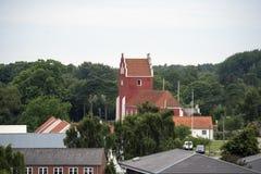 Orizzonte di Byrum con la chiesa rossa Fotografie Stock Libere da Diritti