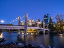 Orizzonte di Calgary alla notte Fotografie Stock
