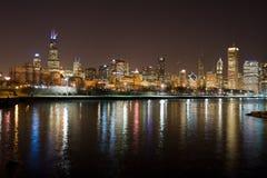 Orizzonte di Chicago alla notte Immagini Stock Libere da Diritti