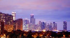 Orizzonte di Chicago alla notte Fotografie Stock Libere da Diritti