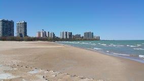 Orizzonte di Chicago dalla spiaggia immagine stock