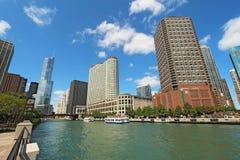 Orizzonte di Chicago, Illinois lungo il Chicago River Immagini Stock