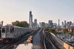 Orizzonte di Chicago, paesaggio urbano Treno nel moto sulla ferrovia Preso dalla città di Chinatown Immagine Stock
