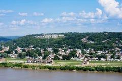 Orizzonte di Cincinnati, Ohio di estate sopra dal fiume Ohio fotografia stock libera da diritti