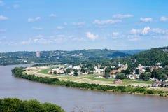 Orizzonte di Cincinnati, Ohio di estate sopra dal fiume Ohio immagine stock