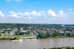 Orizzonte di Cincinnati, Ohio di estate sopra dal fiume Ohio immagine stock libera da diritti