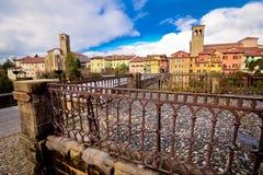 Orizzonte di Cividale del Friuli e ponte del ` s del diavolo sopra il ri di Natisone Fotografia Stock